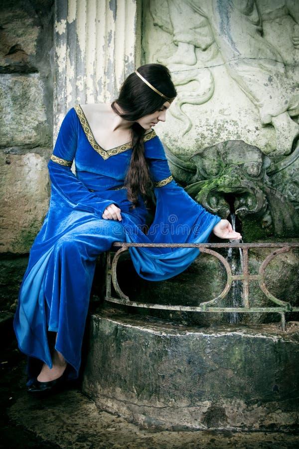 Muchacha medieval en la próxima primavera foto de archivo