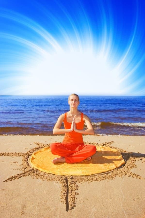Muchacha meditating hermosa imagen de archivo libre de regalías