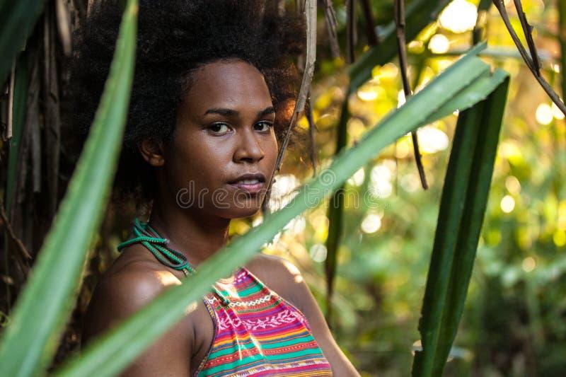 Muchacha melanesia del atleta del isleño pacífico en la selva imagenes de archivo