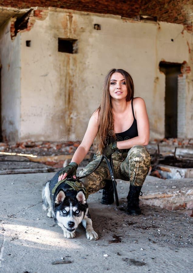Muchacha militar con el perro esquimal fotos de archivo libres de regalías
