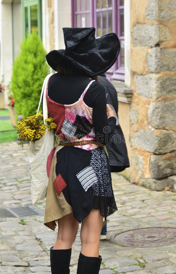 Muchacha misteriosa en ropa y sombrero del ` s de la bruja imagen de archivo libre de regalías