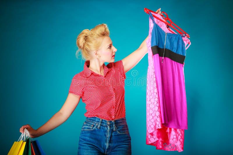 Download Muchacha Modela Con Los Panieres Que Compra El Vestido De La Ropa Imagen de archivo - Imagen de comprador, cliente: 44855619