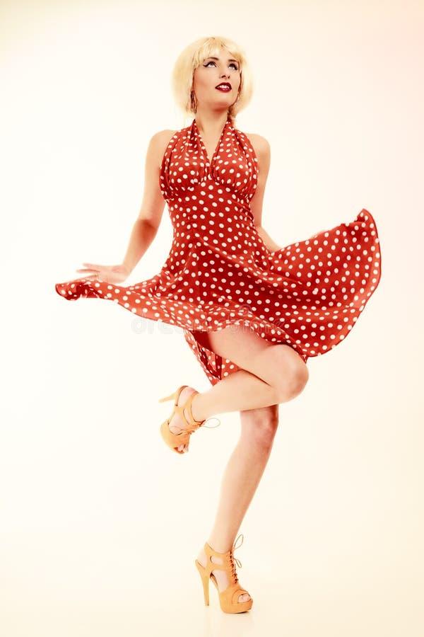 Muchacha modela en el baile retro del vestido de la peluca rubia imagen de archivo libre de regalías