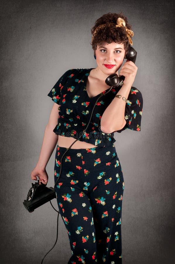 Muchacha modela en equipo florecido en el teléfono fotos de archivo