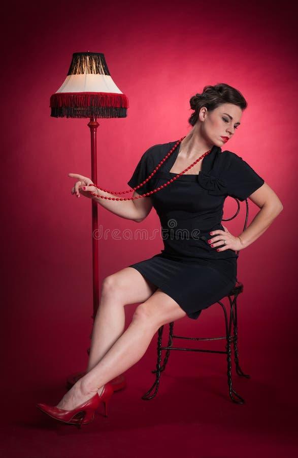 Muchacha modela en mirada negra del vestido lejos fotografía de archivo