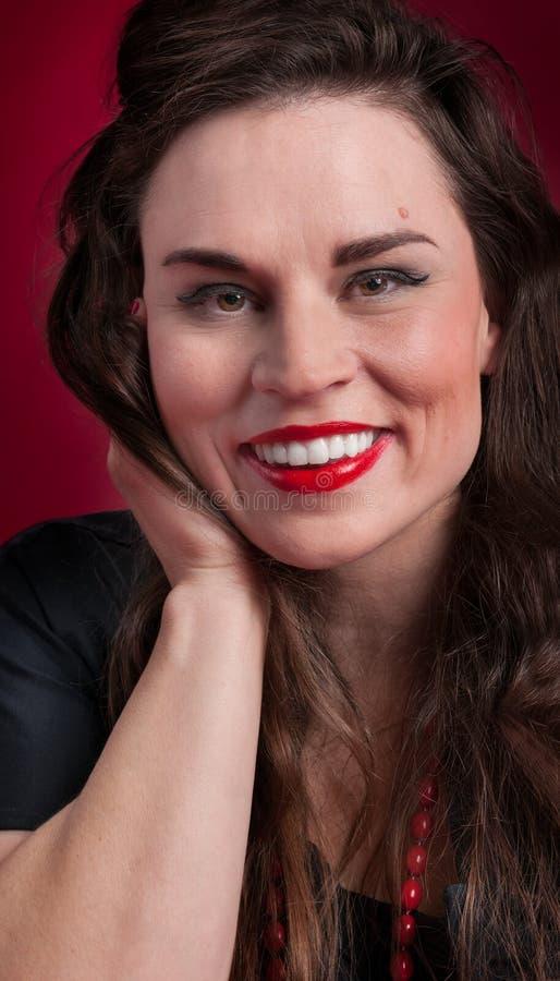 Muchacha modela en sonrisas negras del vestido fotos de archivo libres de regalías
