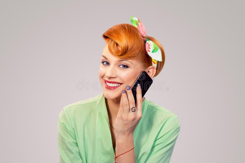 Muchacha modela que habla en la sonrisa del smartphone fotos de archivo