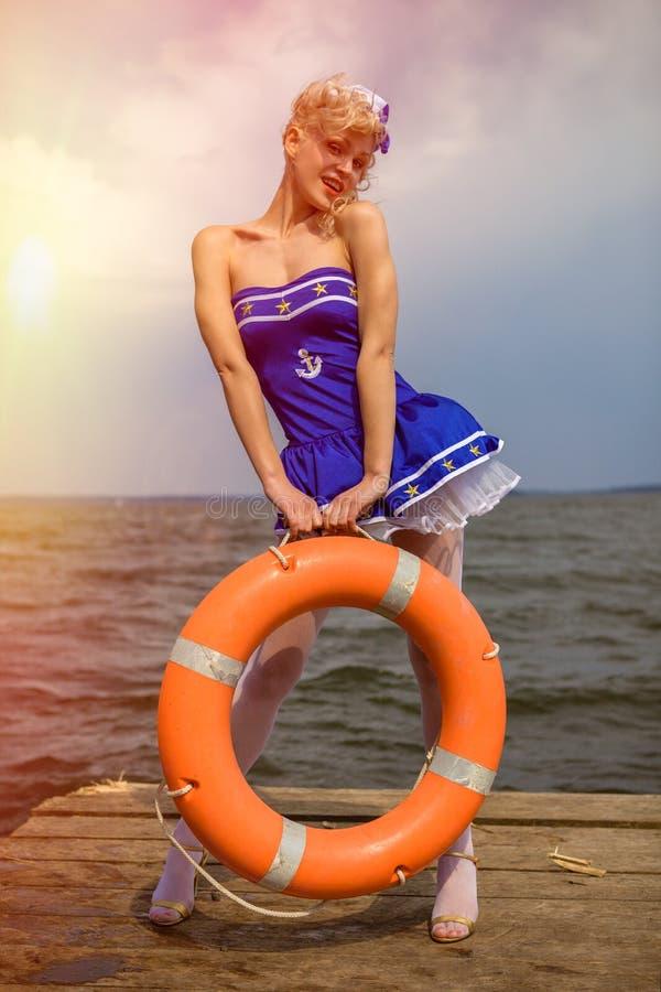 Muchacha modela retra joven con estilo de pelo rizado rubio atractivo y galán imágenes de archivo libres de regalías