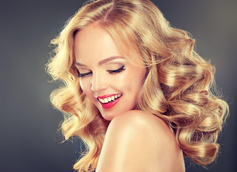 Muchacha-modelo cabelludo rubio sonriente ancho joven foto de archivo libre de regalías