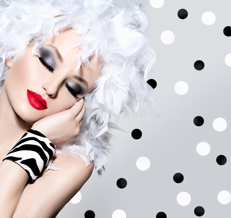 Muchacha modelo con el peinado de las plumas blancas foto de archivo