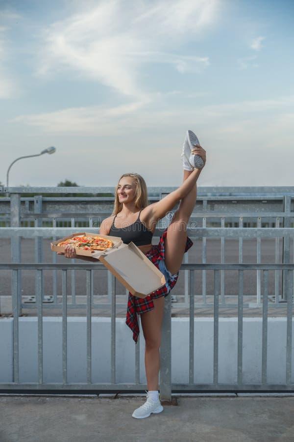 Muchacha modelo con la pizza imagenes de archivo