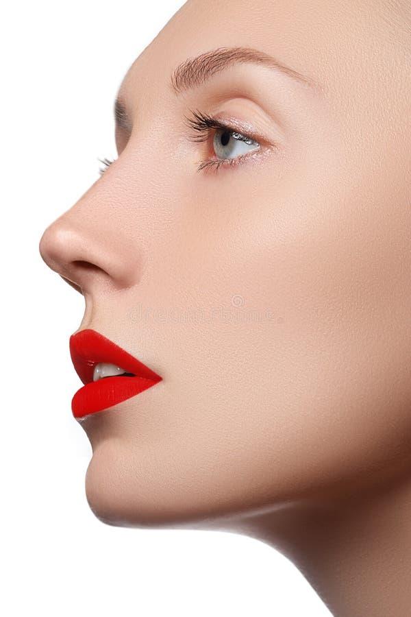 Muchacha modelo de la belleza con maquillaje perfecto aislada sobre blanco Acceso fotografía de archivo