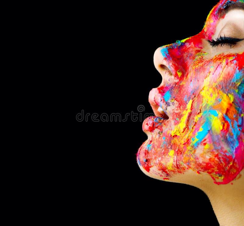 Muchacha modelo de la belleza con la pintura colorida en su cara Retrato de la mujer hermosa con la pintura del fluido fotografía de archivo