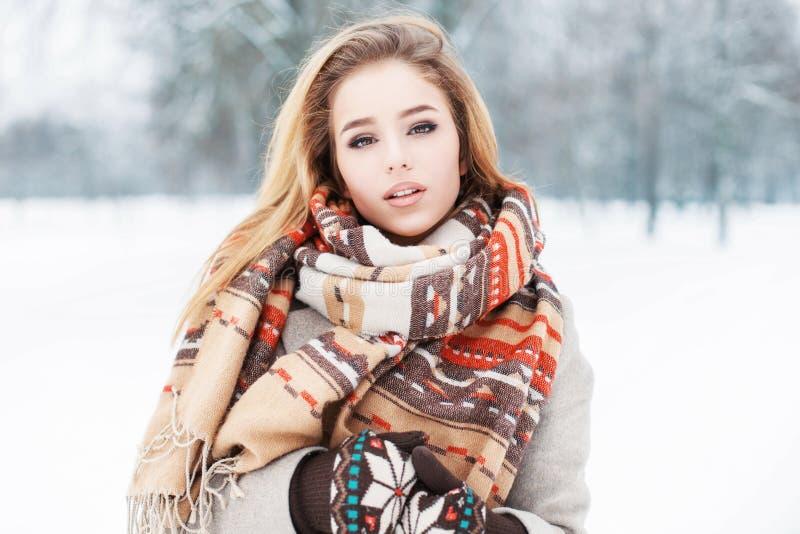 Muchacha modelo elegante en ropa de moda con una situación de la bufanda imágenes de archivo libres de regalías
