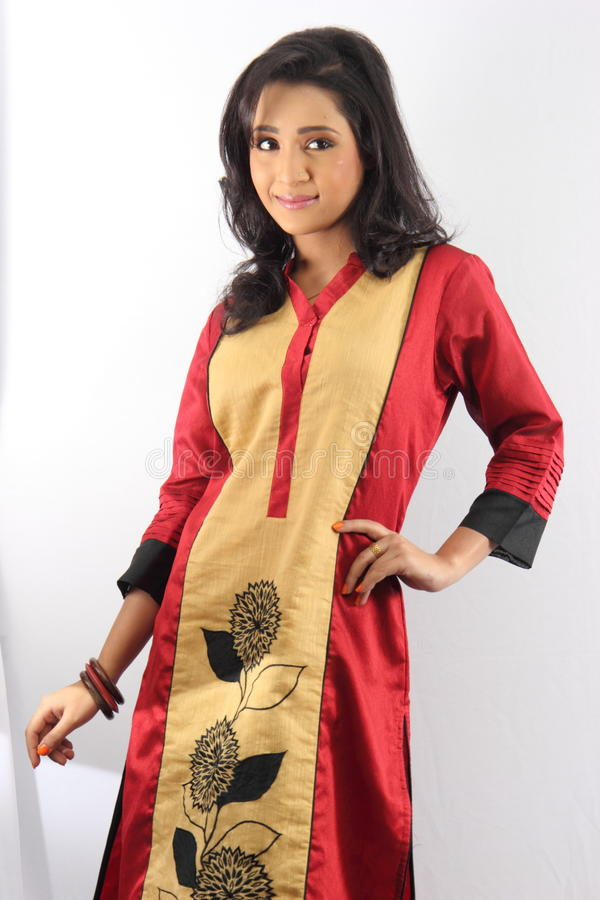 Muchacha modelo femenina bastante india que lleva un kurti tradicional fotos de archivo libres de regalías