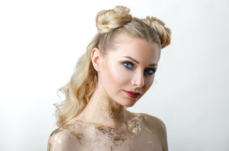 Muchacha modelo hermosa con Maquillaje de la moda, retrato de una mujer joven en un fondo ligero con el pelo rubio imágenes de archivo libres de regalías