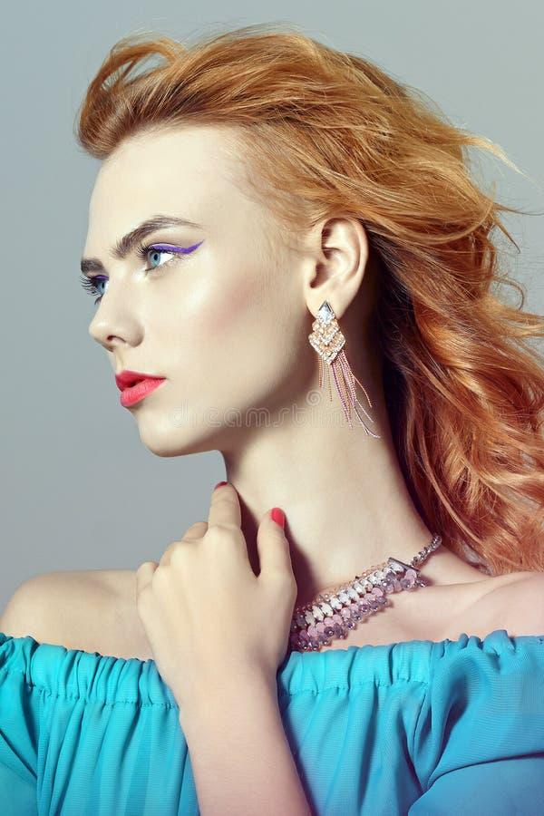 Muchacha modelo hermosa con maquillaje con joyer?a foto de archivo