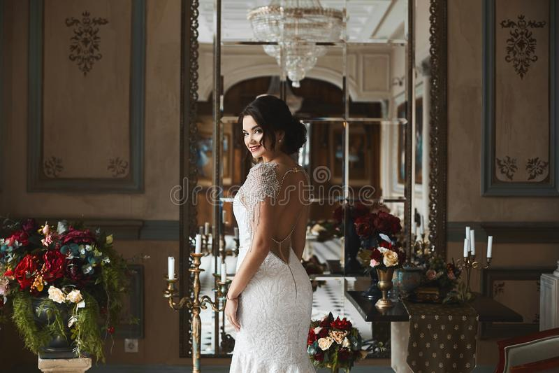 Muchacha modelo morena hermosa y atractiva con maquillaje brillante y con el peinado de moda, en vestido elegante del cordón con  imagenes de archivo