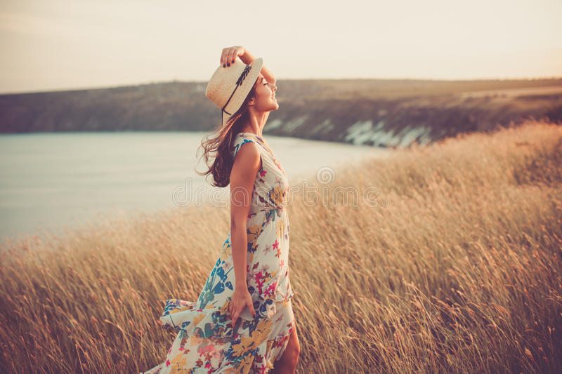 Muchacha moderna en vestido ligero del verano fotografía de archivo