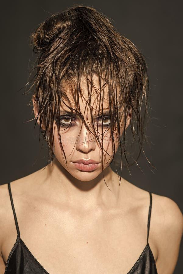 Muchacha morena con el pelo largo y mojado Modelo hermoso con el peinado Muchacha de la cara para la portada de revista Retrato d fotos de archivo