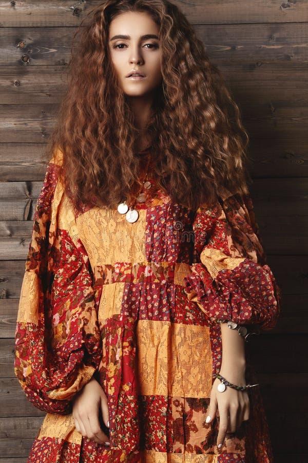 Muchacha morena con el pelo ondulado largo y brillante Modelo hermoso con el peinado rizado imagenes de archivo