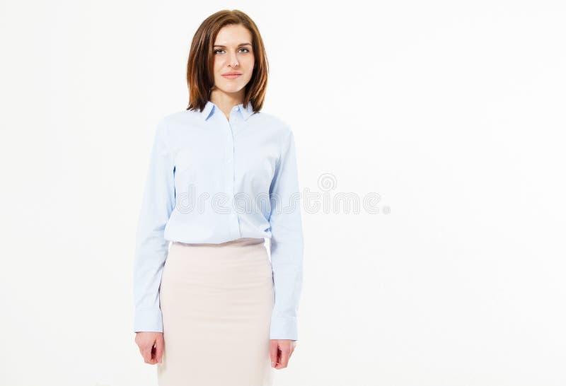 Muchacha morena feliz hermosa que presenta en traje de negocios en el fondo blanco El concepto de gente acertada imagen de archivo