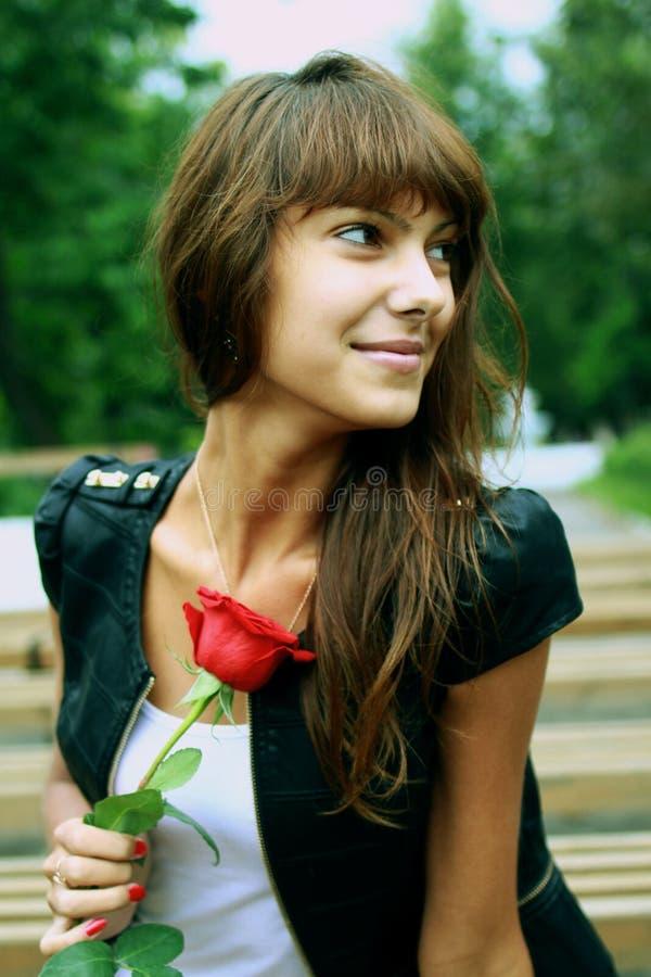 Muchacha morena hermosa con el brote de la rosa imagen de archivo libre de regalías