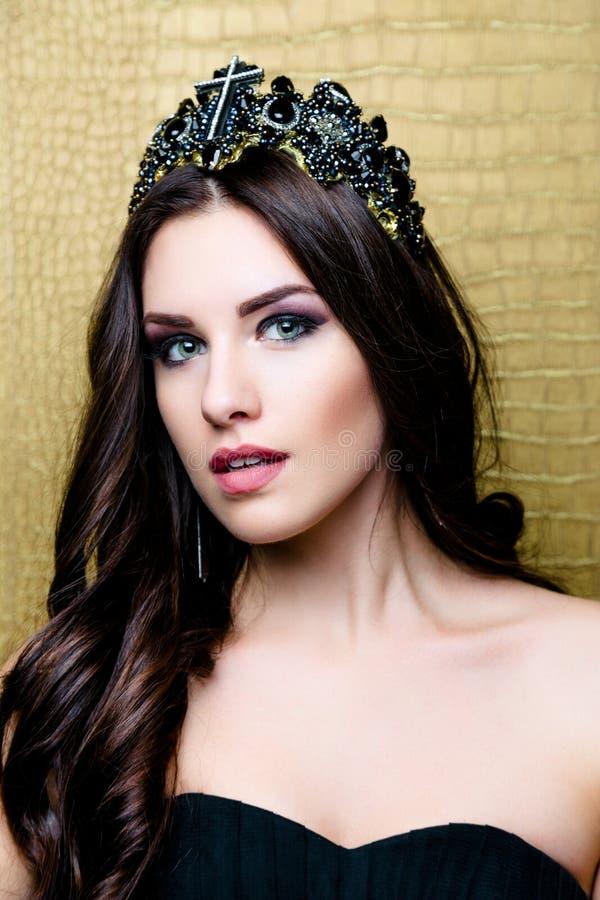 Muchacha morena hermosa con el pelo marrón largo sano Belleza Woman modelo con maquillaje profesional fotos de archivo