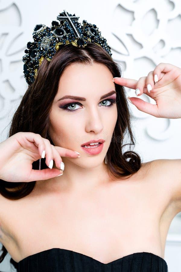 Muchacha morena hermosa con el pelo marrón largo sano Belleza Woman modelo con maquillaje profesional foto de archivo