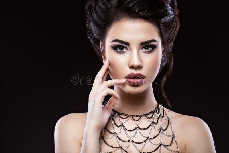 Muchacha morena hermosa con maquillaje árabe de la tarde y piel perfecta Cara de la belleza fotografía de archivo libre de regalías