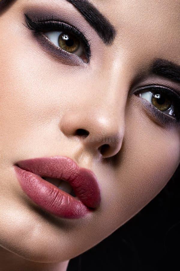 Muchacha morena hermosa con maquillaje árabe de la tarde y piel perfecta Cara de la belleza Cierre para arriba fotografía de archivo