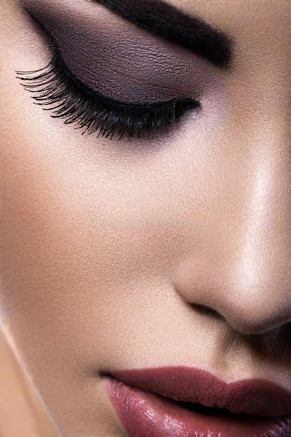 Muchacha morena hermosa con maquillaje árabe de la tarde y piel perfecta Cara de la belleza Cierre para arriba imágenes de archivo libres de regalías
