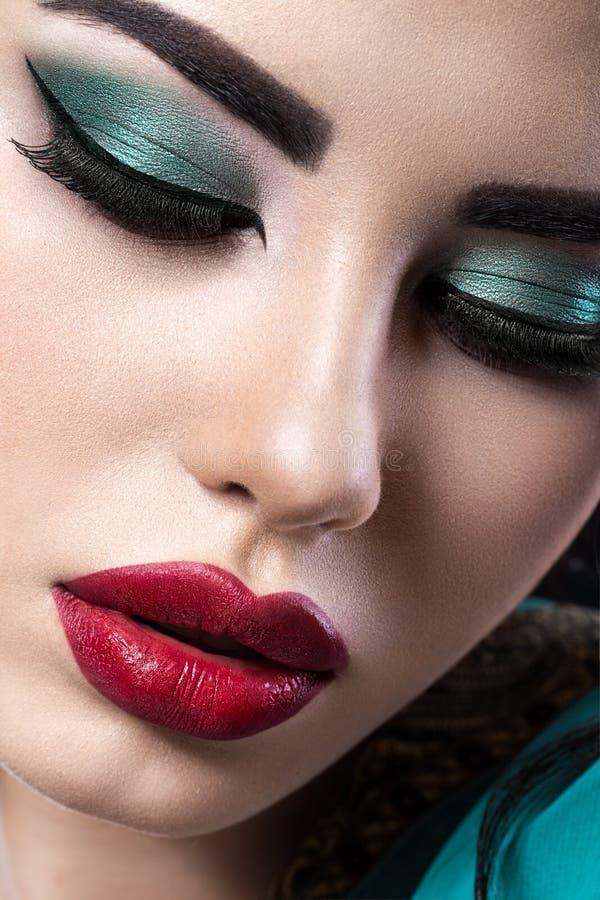 Muchacha morena hermosa con maquillaje árabe de la tarde y piel perfecta Cara de la belleza Cierre para arriba fotografía de archivo libre de regalías