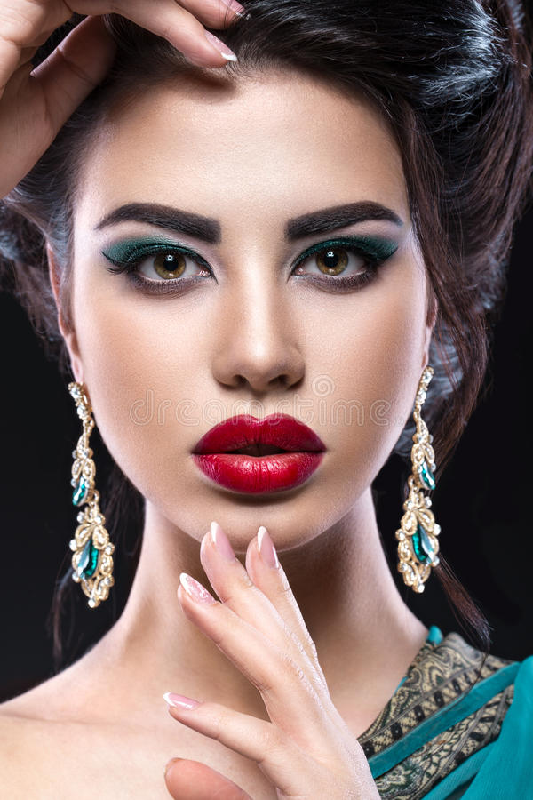 Muchacha morena hermosa con maquillaje árabe de la tarde y piel perfecta Cara de la belleza Cierre para arriba fotos de archivo
