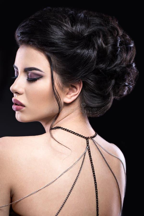 Muchacha morena hermosa con maquillaje árabe de la tarde y piel perfecta Cara de la belleza Cierre para arriba imagenes de archivo