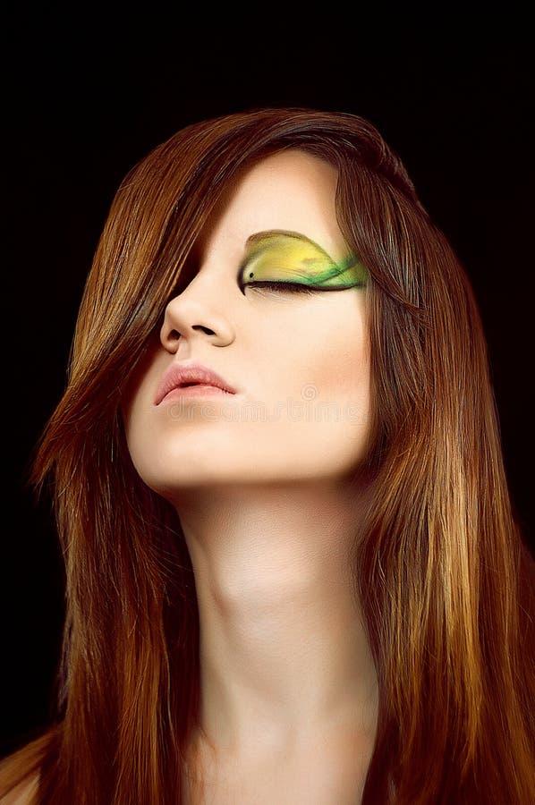 Muchacha morena hermosa con maquillaje coloreado brillante foto de archivo libre de regalías
