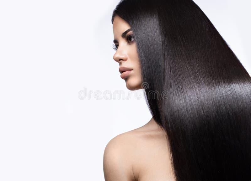 Muchacha morena hermosa en movimiento con un pelo perfectamente liso, y maquillaje clásico Cara de la belleza fotografía de archivo