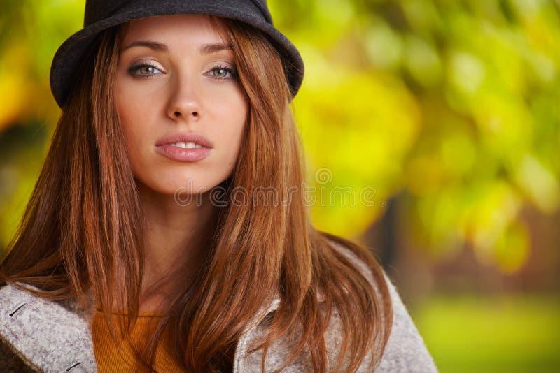 Muchacha morena hermosa en parque del otoño DA soleada caliente imágenes de archivo libres de regalías