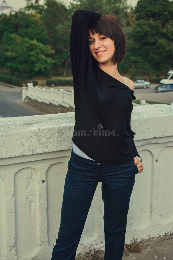Download Muchacha Morena Hermosa Joven Que Se Coloca En El Puente Imagen de archivo - Imagen de ropa, departamento: 44850317