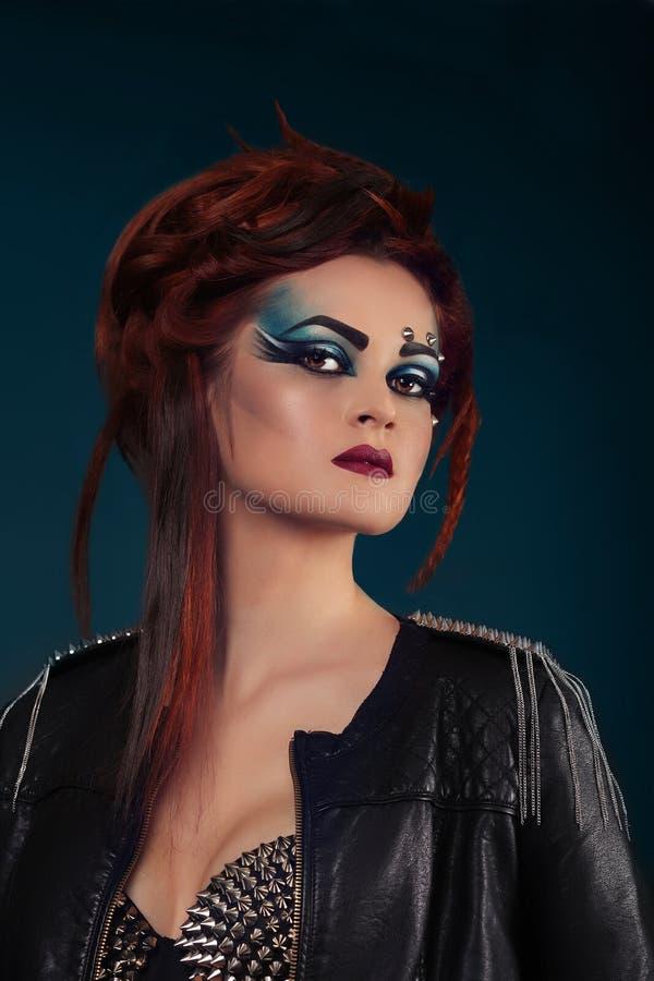 Muchacha morena hermosa Maquillaje largo sano del pelo y del día de fiesta T foto de archivo