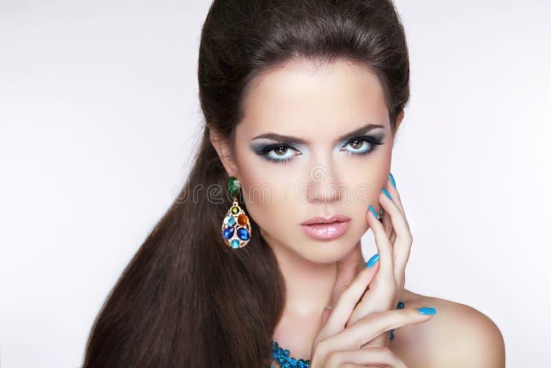 Muchacha morena hermosa maquillaje Mujer con los pendientes de la moda MA fotografía de archivo libre de regalías