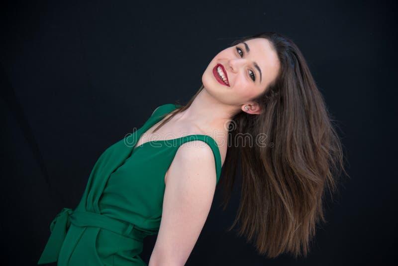 Muchacha morena sonriente joven con el pelo recto y Borgoña largos imagenes de archivo