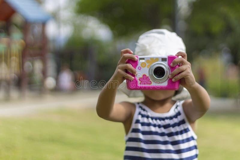 Muchacha morena sonriente linda en primavera fotos de archivo