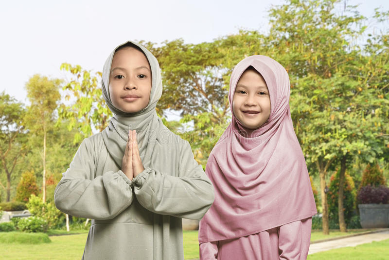 Muchacha musulmán asiática dos que celebra el Ramadán junto