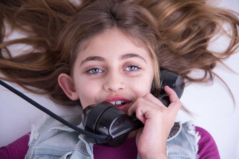 Muchacha muy feliz en el teléfono foto de archivo libre de regalías