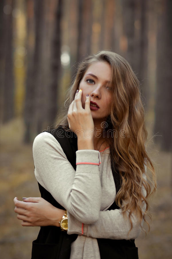 Muchacha muy sexual, modelo con mirada atractiva, vista, ojos boquiabiertos, maravillosos, hermosos y presentación, demostrando s foto de archivo libre de regalías