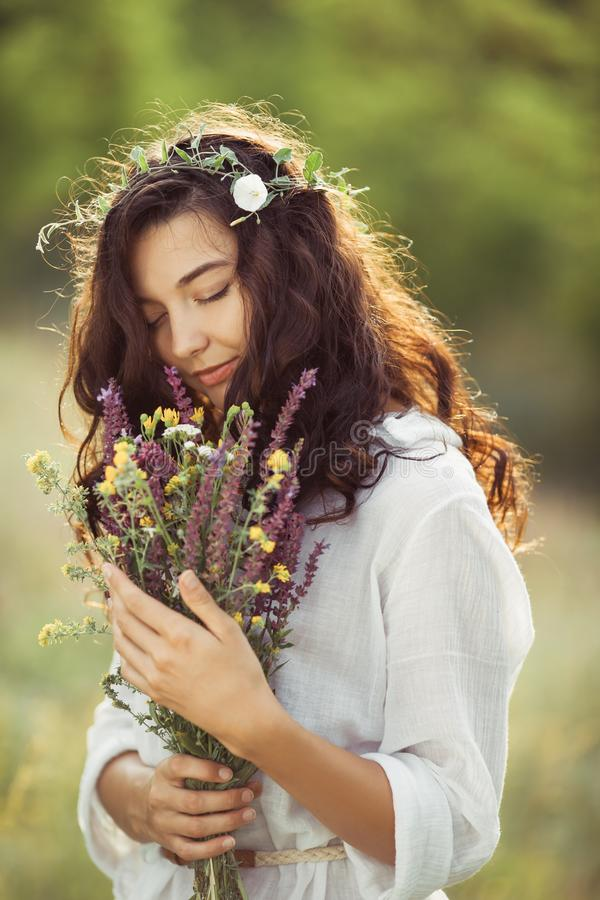 Muchacha natural de la belleza con el ramo de flores al aire libre en concepto del disfrute de la libertad Foto del retrato fotos de archivo libres de regalías