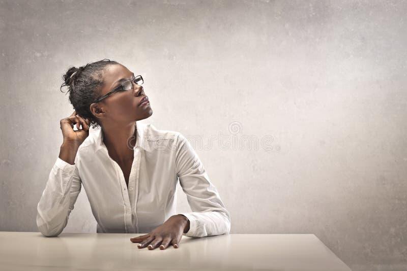 Muchacha negra en blanco foto de archivo libre de regalías