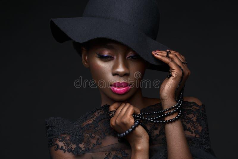Muchacha negra hermosa con la corona cristalina imagen de archivo