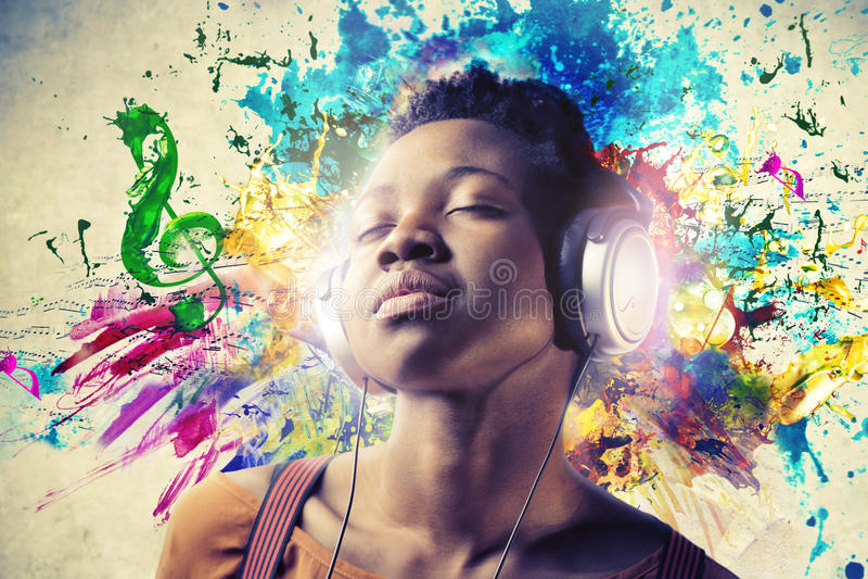 Muchacha negra que escucha la música imagenes de archivo